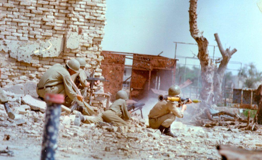 Штурм Хорремшехра, 1980 год. Иранские пехотинцы в боях на одной из улиц.