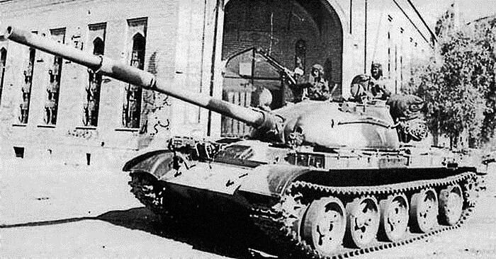Иракский Т-62, 3-й механизированной дивизии ВС Ирака на одной из улиц Хорремшехра, 1980 год.